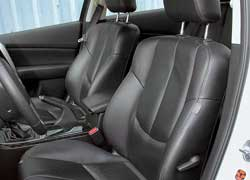 Mazda готова запомнить настройки кресла для трех водителей (вместе с электроприводами память есть в более дорогой модификации). Сиденья достаточно жесткие. На втором ряду места над головой примерно раза в три больше, чем у «француза».