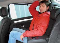 Подголовники спереди мы так и не опустили. Обогрев передних сидений (опция) Renault имеет целых три уровня. Сзади можно спрятаться от солнца за опционными шторками. Между головой и потолком поместится только ладонь.