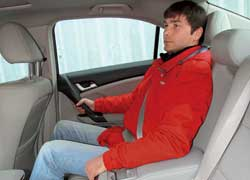 Широкие передние сиденья в Accord оборудованы самой ощутимой боковой поддержкой. Кнопки памяти вынесены на дверь. Сзади места между головой и потолком столько же, сколько и в Mazda6, но диван мягче и глубже, а близость заднего стекла не ощущается.