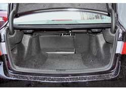 Багажник по объему на 14 литров превосходит Laguna. Но отсек Accord неровный, с самой малой площадью пола, и не предоставляет ровной площадки при складывании спинок второго ряда.