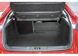 Багажник Laguna в стандарте самый скромный. Но конфигурация отсека наиболее удобная благодаря ровным стенкам. А если сложить спинки заднего дивана и снять полку, то поместится больше всего груза.