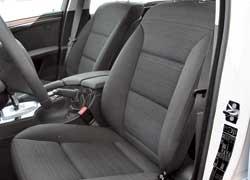 Даже самая простая версия «пятерки» оснащена электроприводами регулировок наклона подушки и спинки водительского сиденья.