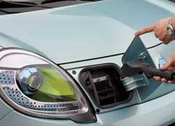 Зарядное устройство скрывается под небольшим лючком на панели, заменившей решетку радиатора.