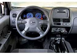 Интерьер Nissan старомоден. Музыкальная система с CD-чейнджером на 6 дисков доступна при заказе самой дорогой версии пикапа – Premium за 205933 грн.