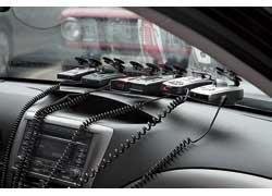 Шесть радар-детекторов аккуратно и надежно разместились на лобовом стекле, а два прикуривателя тестового автомобиля и несколько тройников обеспечили их подключение к бортовой сети.