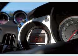 Система индикациитемпературы двигателяи уровнятопливасветодиодными дорожками при ярком освещении читается плохо.