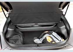 Задний привод и сложная подвеска заняли много места. В багажник поместятся три дорожные сумки. Для двоих этого достаточно.