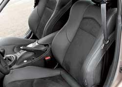 Многие элементы салона напоминают о Nissan Teana, а еще больше об Infiniti. Кожаные кресла с замшевыми вставками хорошо держат в виражах. Развитая боковая поддержка не мешает посадке–высадке.Если после неудачного входа в вираж тебя прошиб холодный пот – пригодится подогрев сидений.