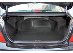 Сложив спинку заднего сиденья, увеличиваем объем багажника практически вдвое (с 415 до 800 литров). Силовой каркас кузова оставляет не очень большое «окно» для габаритного груза.
