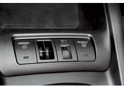 Кнопки подогрева передних сидений– перед рычагом КП.Тут же расположен иролик корректора фар.