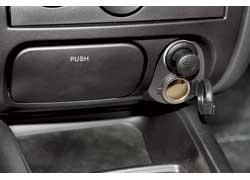 Прикуриватель можно использовать по прямому назначению, так как рядом предусмотренаотдельная розетка.