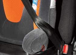 В креслах 2 и 3 групп, где ребенок пристегивается уже автомобильными ремнями безопасности, сиcтема используется как дополнительный крепеж.