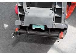 С помощью двух «язычков» кресло крепится к вваренным в кузов автокреплениям. Жесткая связь, возникающая при этом, – основной принцип Isofix.