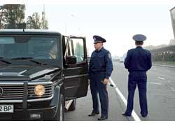 При обращении к водителю инспектор обязан поздороваться и представиться, при этом назвать свои должность, звание и фамилию. А после разъяснить причину обращения.