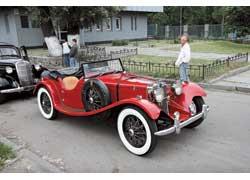Именно на модели SS100 впервые появилась фигурка ягуара, ставшая впоследствии фирменной эмблемой марки Jaguar.