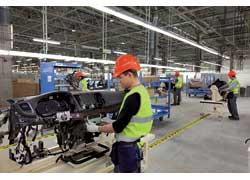 Пока на заводе в одну смену работают 750 человек. Ведущие специалисты обучались на заводах в Англии.