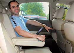 На задних сиденьях можно усесться даже втроем – места достаточно для ног и над головой. Комфорт повышают потолочный дисплей (не на всех версиях), отдельные дефлекторы обдува, центральный подлокотник, выдвижные подстаканники и регулирующийся угол наклона спинок.