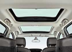 В качестве опции предлагается огромная панорамная стеклянная крыша . Причем передний люк можно открывать.