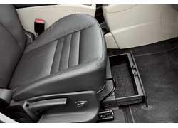 Кресло переднего пассажира оснащено практичным выдвижным боксом...