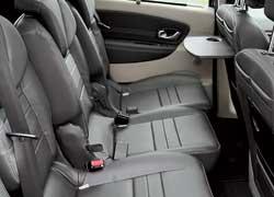 Каждый из пассажиров второго ряда может регулировать продольное положение кресла и наклон спинки.