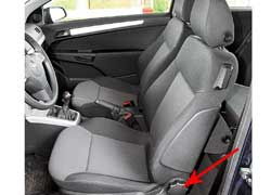 Плюхнувшись на сиденье Astra GTC, чувствуешь жесткость каркаса. Боковая поддержка – не ахти. Наклон регулируется более плавно – вращением ручки.