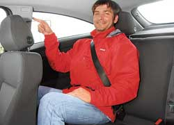 Сзади в Astra GTC больше места над головой и в плечах. Но вот держаться не за что. Есть крючок для верхней одежды и подголовники только для двух пассажиров.
