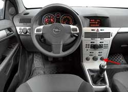 Кожаная оплетка предлагается в авто с 1,8-литровыми моторами. Управление кондиционером расположено внизу, как и у С4, но некоторые обозначения перекрыты самими ручками.