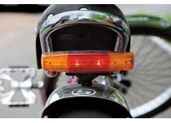 В качестве источника света для стоп-сигнала, указателей поворотов, а также купленной на барахолке фары используются светодиоды. Питание всех этих устройств