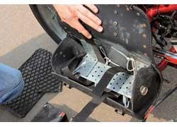 Для фиксации аккумуляторов по обе стороны рамы прикручены опорные панели, на которые и крепятся батареи. Кофры же служат защитой от дождя и пыли.