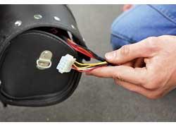 Аккумуляторные батареи заряжаются от стационарного зарядного устройства, подключенного к бытовой сети 220 В. Для полной зарядки достаточно 5-6 часов.