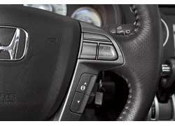 На руль вынесены кнопки управления аудиосистемой, «круизом» и даже маршрутным компьютером.