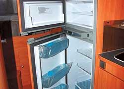 Путешествовать можно и без отрыва от цивилизации. В автокемпинге предусмотрены холодильник, духовка и даже санузел с автономным туалетом и душевой кабиной.