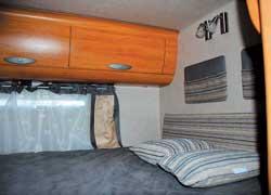 Самая большая и удобная кровать расположена в хвосте машины. На таком ложе чувствуешь себя как дома.