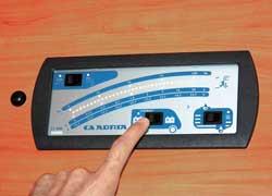 Шкала показывает заряд аккумуляторов и количество воды, а точечные индикаторы – питание 12/220V и работу водоснабжения.