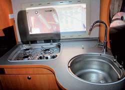 Газовая плита и водоснабжение создают ощущение, что находишься в квартире. Для увеличения рабочей поверхности плита и мойка накрываются крышками.
