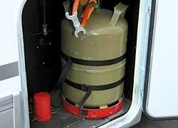 В качестве источника питания для автономных систем отопления, подогрева воды, плиты и даже холодильника применяется газ.