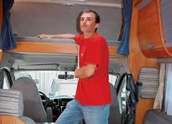 Полезное пространство используется по максимуму. Даже над передними сиденьями предусмотрено отделение, где могут спать два человека.