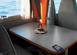 Жаль на столе и рабочей поверхности нет кромки, которая при езде машины удерживает мелкие предметы от падения.