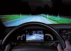Систему ночного видения усовершенствовали, научив распознавать объекты – пешеходов и велосипедистов, выделяя их на дисплее.