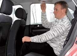 За счет специфической формы кузова задние стойки расположены близко к головам крайних пассажиров.