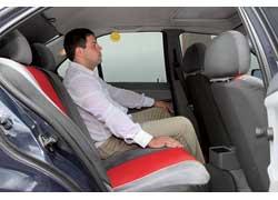 Высокие люди головой упираются в потолок, подушки передних кресел установлены низко и под них нельзя подсунуть ноги.
