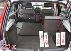 При объеме багажника в 235 л в походном состоянии Lada 1119 – «середнячок» в классе. На пятой двери есть ручка, хотя благодаря ей можно только подтянуть дверь вниз, а захлопывать ее придется, касаясь не всегда чистого кузова.