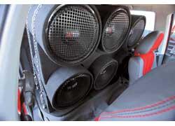 Шесть корпусных сабвуферов в салоне – не главная отличительная черта Seat Cordoba, которым владеет Евгений Авальяни. В его багажнике – «саб» с корпусом из полированного гранита.