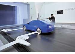 В одном тоннеле контролируется аэродинамика автомобиля в масшатабе 1:1, а в другом испытывают еще и уменьшенные макеты и отдельные детали автомобиля.