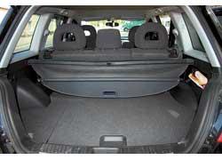 Недовольство многих владельцев вызывает багажник – его походный объем составляет всего 420 л. Немалую часть съедает полноразмерная запаска, из-за чего багажник получается неглубоким.