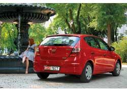 Сзади можно уловить сходство с Mercedes А-Кlasse (фонари) и BMW 1 Series (крышка багажника).
