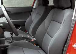 Сиденья в меру мягкие и комфортные. Регулировка водительского кресла по высоте – стандартная опция.