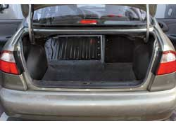 Объем багажника Lanos можно увеличить до 960 л, сложив задний диван. На большинстве «десяток» такой опции нет – сиденья нужно демонтировать.