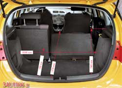 У багажного отделения высоковат погрузочный порог, да и ровной погрузочной площадки при складывании спинки задних сидений не получается.