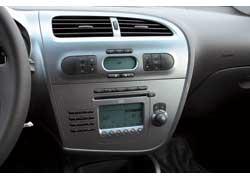Хорошо , что есть кнопки управления аудиосистемой на руле, ведь на самом головном устройстве клавиши переключения станций мелковаты.